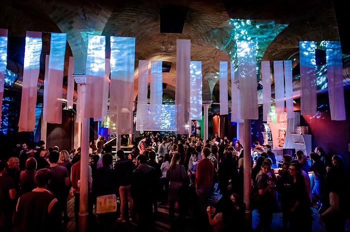 Pianistin Anna Gourari bei der Yellow Lounge im Gretchen in Berlin am 23.10.2012. DJs: Canisius und Eva Be, VJ: ma.beat